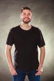 Homme heureux dans la chemise vide avec l'espace vide de copie Image stock