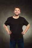 Homme heureux dans la chemise vide avec l'espace vide de copie Images libres de droits