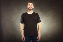 Homme heureux dans la chemise vide avec l'espace vide de copie Photo stock