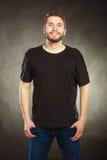 Homme heureux dans la chemise vide avec l'espace vide de copie Photos stock