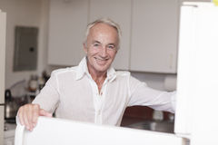 Homme heureux dans la cuisine Photographie stock