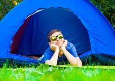 Homme heureux dans la tente photo stock