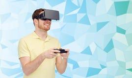 Homme heureux dans le casque de réalité virtuelle avec le gamepad Photos libres de droits