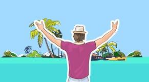 Homme heureux dans le chapeau sur des mains de bord de mer de plage vers le haut des vacances d'été tropicales de vue arrière Photo libre de droits