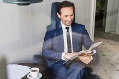 Homme heureux dans le costume faisant la pause-café dans le cafétéria Images libres de droits