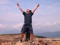 Homme heureux dans le dessus de montagne photo libre de droits