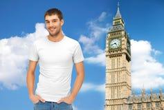 Homme heureux dans le T-shirt blanc vide au-dessus de grand Ben photos libres de droits