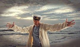 Homme heureux de marin sur le fond d'océan Photographie stock libre de droits