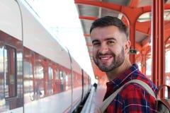 Homme heureux de prendre le train Photographie stock