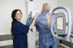 Homme heureux de Taking Xray Of de radiologue dans l'hôpital Photos stock