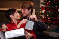 Homme heureux donnant le cadeau de Noël Photos stock
