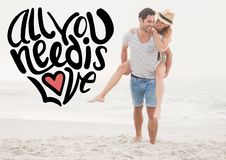 Homme heureux donnant le ferroutage de femme sur la plage Photos stock