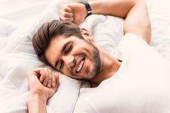 Homme heureux dormant dans la chambre à coucher Photos libres de droits