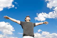 Homme heureux détendant sur la nature Images libres de droits