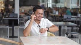 Homme heureux du Dubaï parlant sur le téléphone et le sourire clips vidéos
