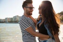 Homme heureux embrassant son amie au bord de la mer Photos libres de droits