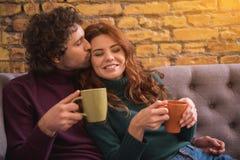 Homme heureux embrassant son amie avec amour Images stock