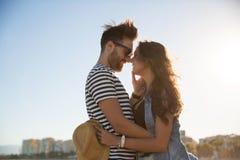 Homme heureux embrassant son amie doucement dehors Images libres de droits