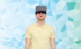 Homme heureux en casque de réalité virtuelle ou verres 3d Images libres de droits