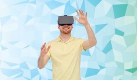 Homme heureux en casque de réalité virtuelle ou verres 3d Photo stock