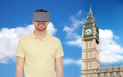 Homme heureux en casque de réalité virtuelle ou verres 3d Photos libres de droits