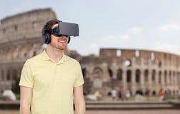 Homme heureux en casque de réalité virtuelle ou verres 3d Image stock