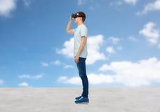 Homme heureux en casque de réalité virtuelle ou verres 3d Photographie stock libre de droits