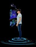 Homme heureux en casque de réalité virtuelle ou verres 3d Image libre de droits