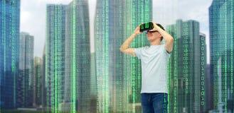 Homme heureux en casque de réalité virtuelle ou verres 3d Images stock