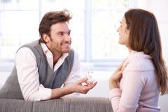 Homme heureux et femme ayant l'enclenchement photo libre de droits
