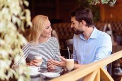 Homme heureux et femme communiquant en café Photo stock