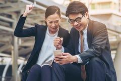 Homme heureux et femme d'affaires regardant le téléphone Images libres de droits