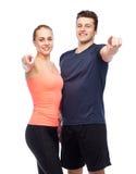 Homme heureux et femme folâtres dirigeant le doigt Photos stock