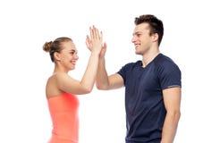 Homme heureux et femme folâtres faisant la haute cinq Photo stock