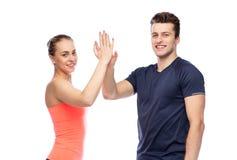 Homme heureux et femme folâtres faisant la haute cinq Image stock