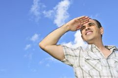 Homme heureux examinant la distance Photographie stock libre de droits