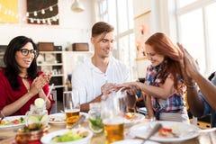 Homme heureux faisant la proposition à la femme au restaurant Image libre de droits