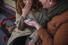 Homme heureux faisant la proposition à son amie Photo stock