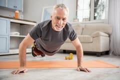 Homme heureux faisant le sport à la maison Images libres de droits
