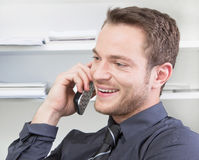 Homme heureux flirtant au téléphone Images stock