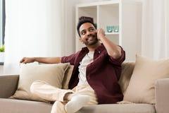 Homme heureux invitant le smartphone à la maison Images libres de droits