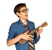 Homme heureux jouant un Ukelele Images stock