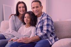 Homme heureux joyeux s'asseyant avec sa famille photos stock