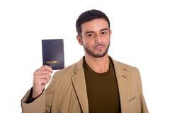 Homme heureux jugeant le passeport d'isolement sur le fond blanc Photo libre de droits