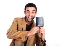 Homme heureux jugeant le passeport d'isolement sur le fond blanc Images libres de droits
