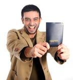 Homme heureux jugeant le passeport d'isolement sur le fond blanc Images stock