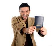 Homme heureux jugeant le passeport d'isolement sur le fond blanc Image libre de droits