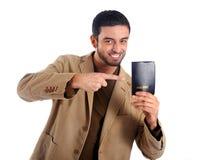 Homme heureux jugeant le passeport d'isolement sur le fond blanc Photos stock