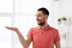 Homme heureux jugeant quelque chose imaginaire à la maison photos stock