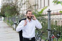 Homme heureux marchant sur un trottoir image libre de droits